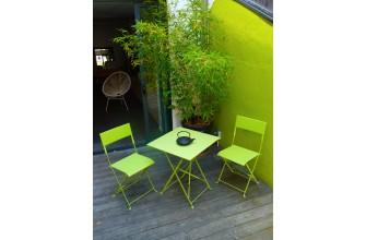 Guéridon en acier et 2 chaises pliantes en résine tressée vert